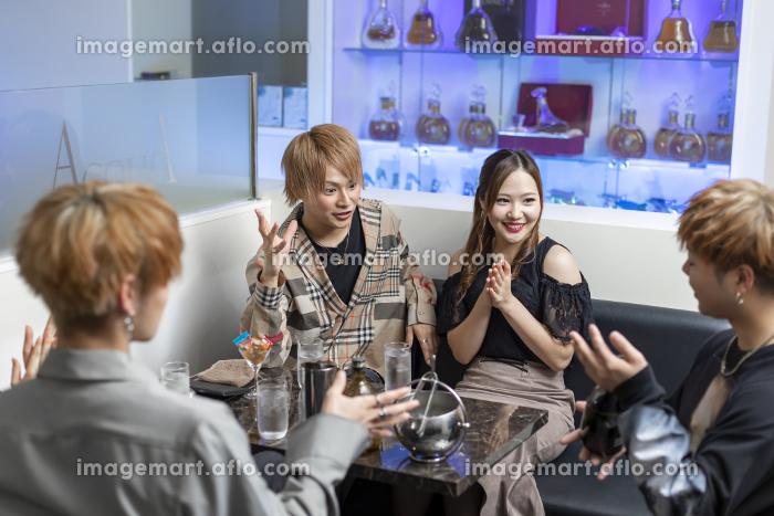 ホストクラブを楽しむ女性の販売画像