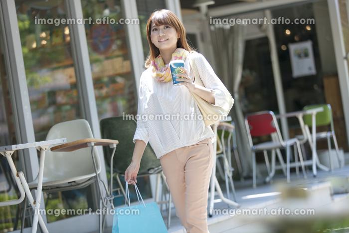 買い物袋を持つ女性の販売画像