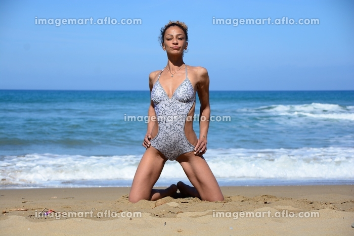 Photo shoot on the beach of a middle-aged womanの販売画像