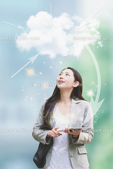 タブレットを持つ日本人女性の販売画像