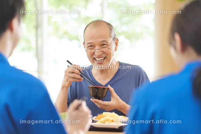 介護施設で楽しく食事をする高齢者の販売画像