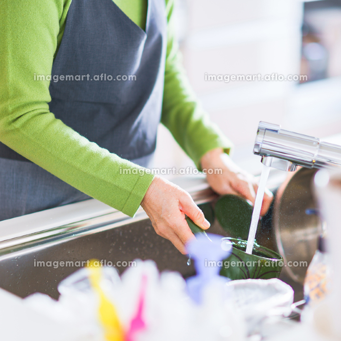 シニア キッチン 女性 日本人の販売画像