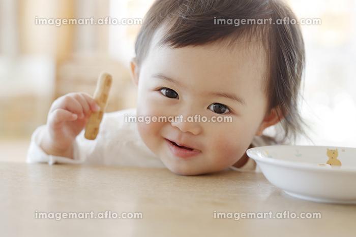 おやつを食べる幼児