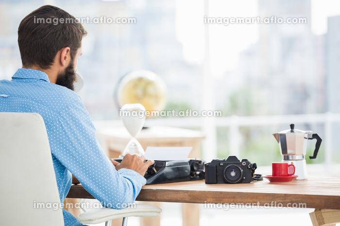 Hipster using type writerの販売画像
