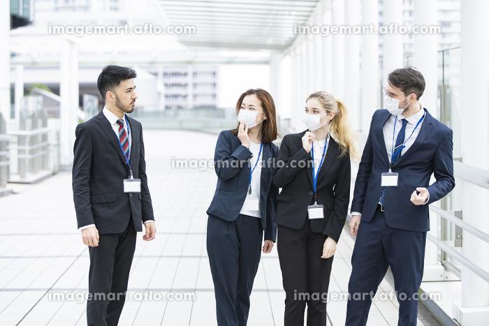 マスクがなくて周囲に避けられるビジネスマンの販売画像