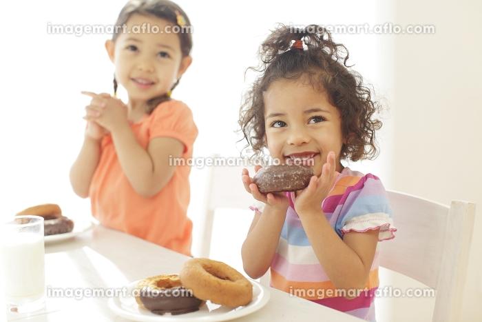 ドーナツを食べる子供達の販売画像