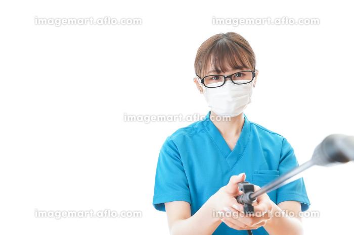 施設の消毒作業をする女性の販売画像