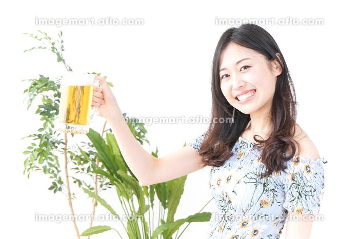 ビールを飲む女性の販売画像