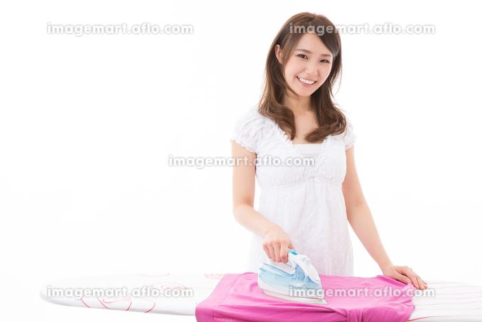 アイロンをかける女性の販売画像