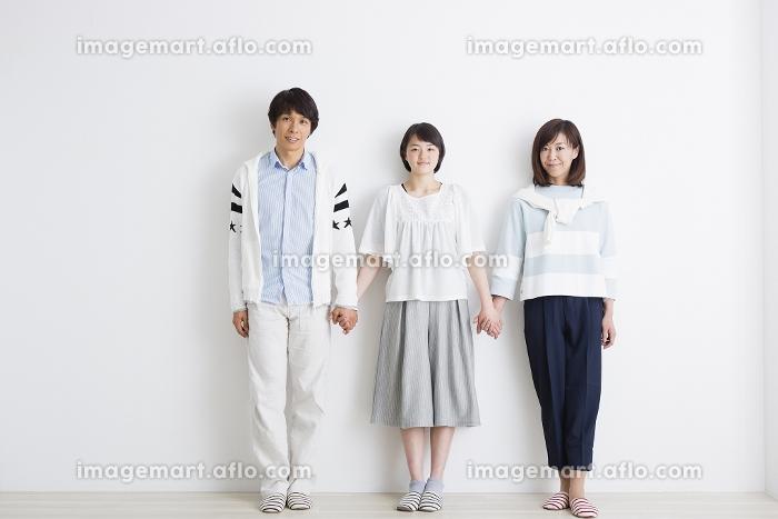 並んで手をつなぐ家族の販売画像