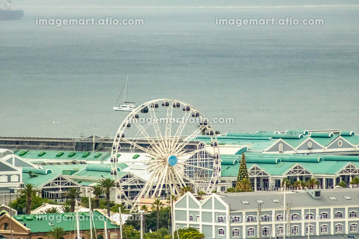 The Ferris wheel in Cape Town with ocean in backgroundの販売画像