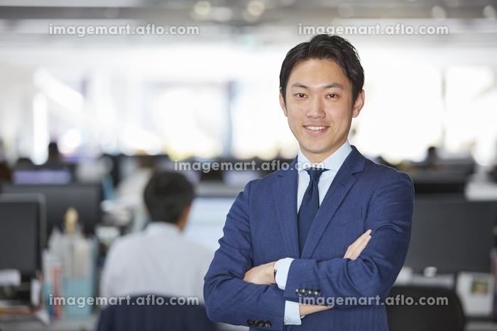 腕を組むビジネスマンの販売画像