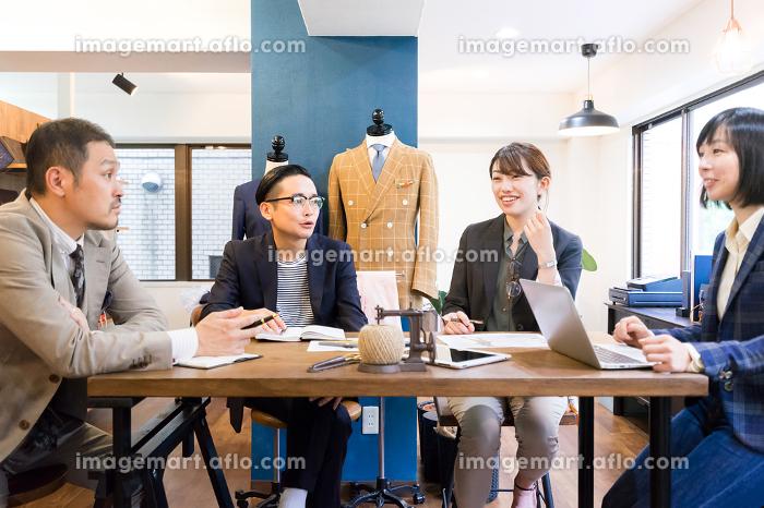 オフィスでミーティングする男女(アパレル・ブランド・ファッション)の販売画像