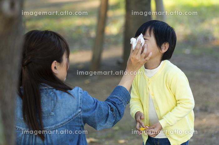 鼻をかむ男の子