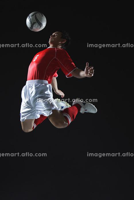 ヘディングをするサッカー選手の販売画像