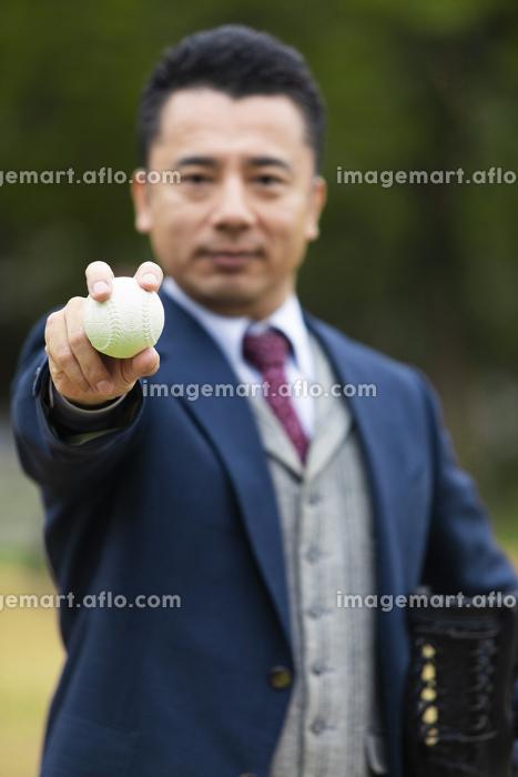 野球ボールを構えるビジネスマンの販売画像