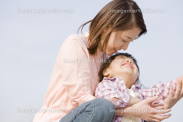 母親と遊んでいる小学生の女の子の販売画像