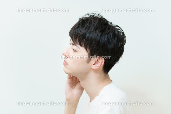 肌の状態を確かめる若い男性の販売画像