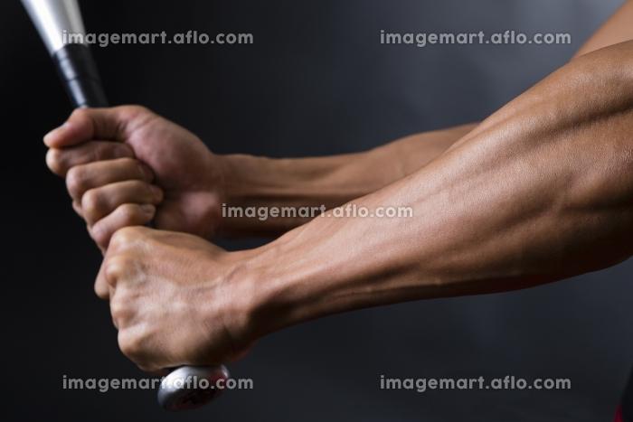 バットを握る男性