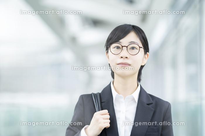 スーツを着て、緊張した表情をしている若い女性の販売画像