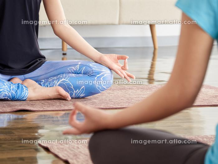 ヨガで瞑想をするアジア人女性の販売画像