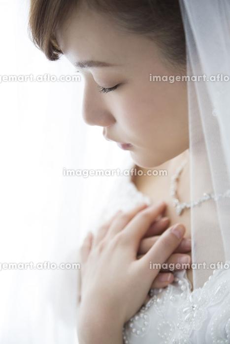 胸を押さえる花嫁の販売画像