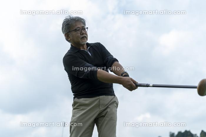 グランドゴルフを楽しむ男性の販売画像
