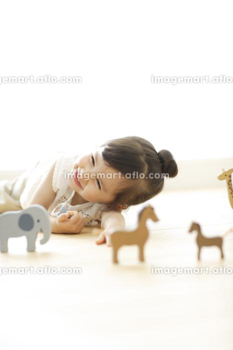おもちゃで遊ぶハーフの女の子