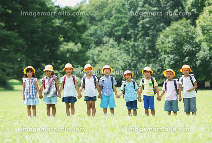 公園で整列する日本人の小学生たちの販売画像