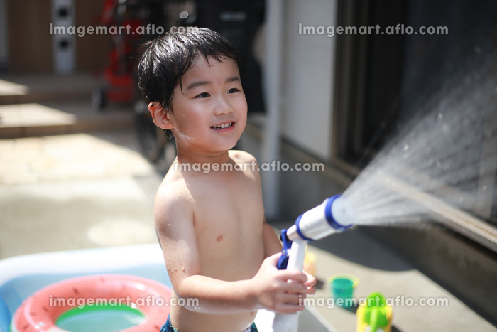 水遊びする男の子の販売画像