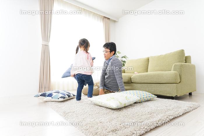 子育てのストレスを感じるお父さんの販売画像