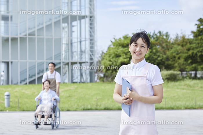 笑顔の日本人介護士女性