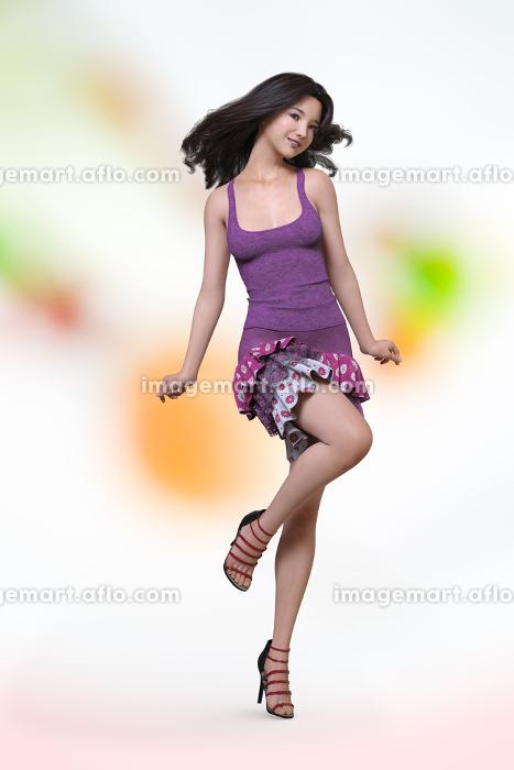 花柄のフリルスカートを履いた女性が黒髪をなびかせながら首を振り可愛くポーズをしている
