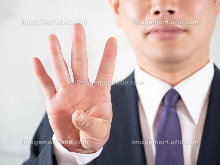 脱毛のポイント4番の指差しをする男性の販売画像