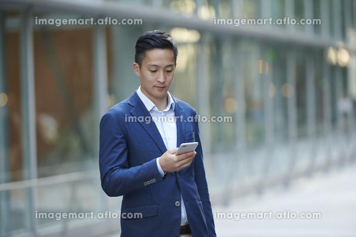 スマートフォンを操作する若い日本人男性