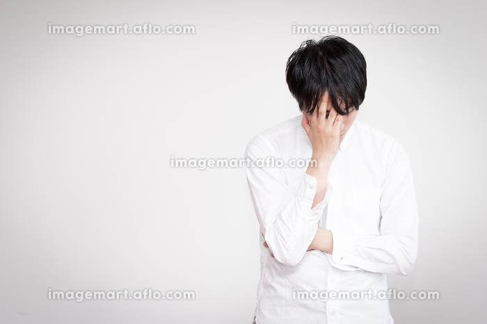 落ち込む男性(感情・失敗)の販売画像
