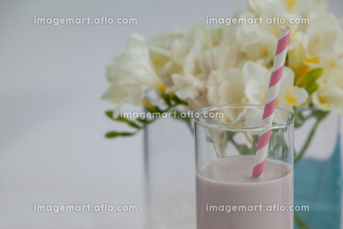 Milk shake in glass with a strawの販売画像