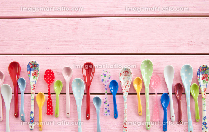 colorful spoon on pinkの販売画像