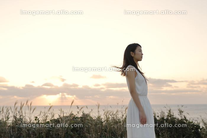 遠くを見ている若い日本人女性