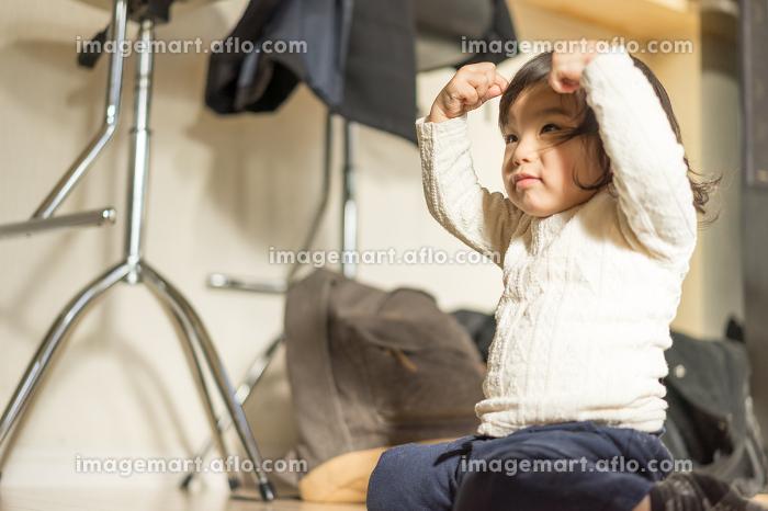考える子供の販売画像