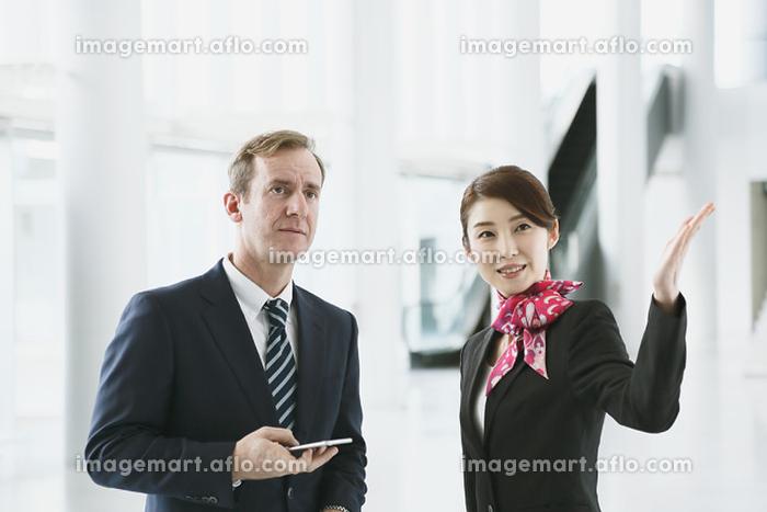 外国人ビジネスマンを案内するグランドスタッフの販売画像