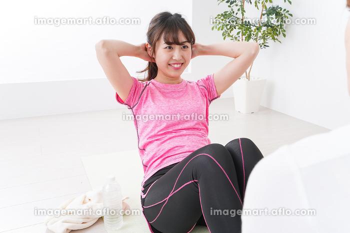 筋トレする女性の販売画像