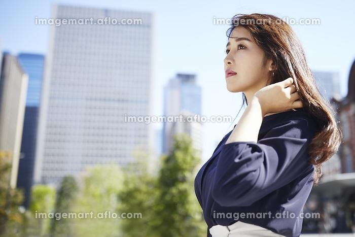 髪に手をやる日本人女性のポートレートの販売画像