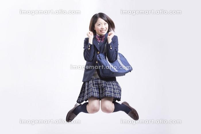 ジャンプする女子高校生の販売画像