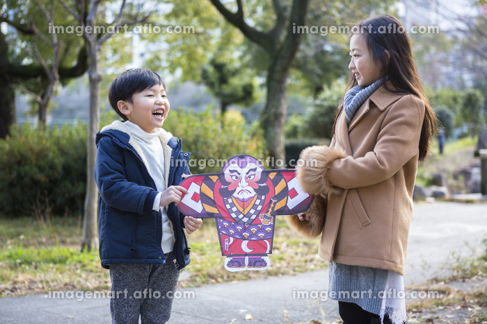 凧を持つ姉弟の販売画像