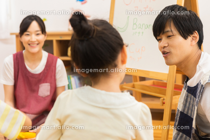 英語の勉強をする園児の販売画像