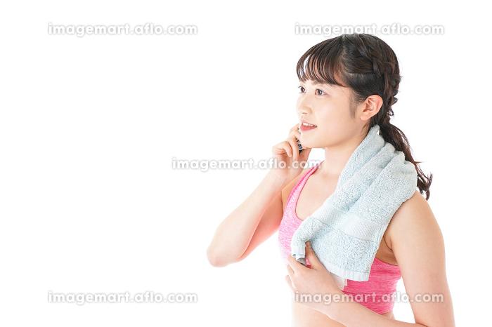 タオルで汗を拭く女性の販売画像