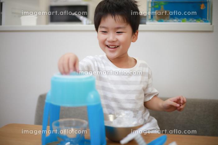 かき氷を作る男の子の販売画像