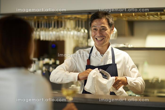 接客で話すレストランの店員