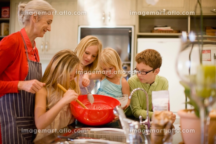 Family cooking together in kitchenの販売画像